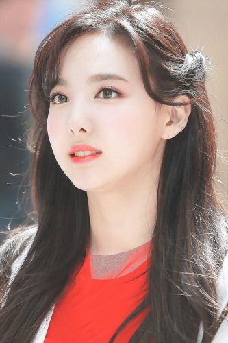 Kiểu xỏ khuyên tai của Nayeon